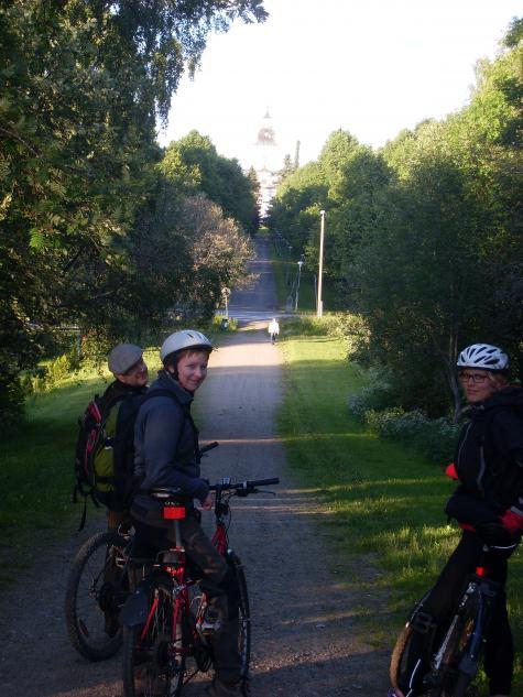 Här cyklar vi på Korsholms vallarna och spanar in Korsholms kyrka.